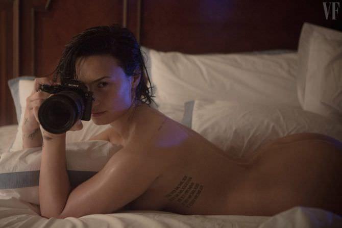 Деми Ловато фотография с фотоаппаратом
