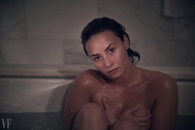 Деми Ловато фотосессия в ванне с водой