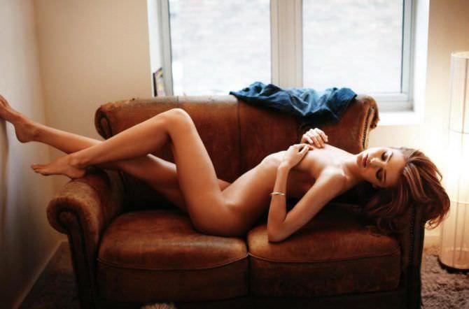 Миранда Керр фотосессия с коричневым диваном