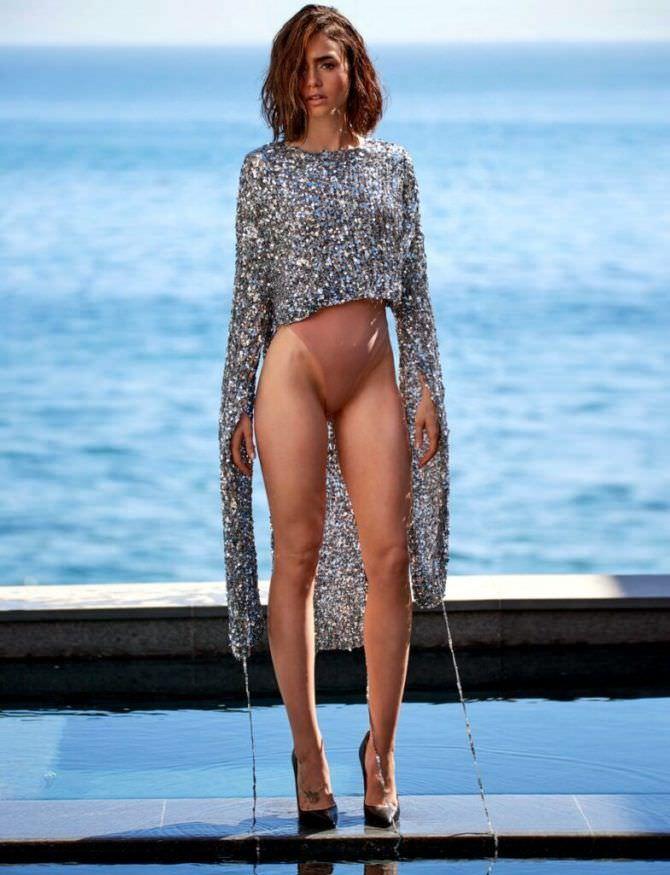 Лили Коллинз фото в кофте с длинными рукавами