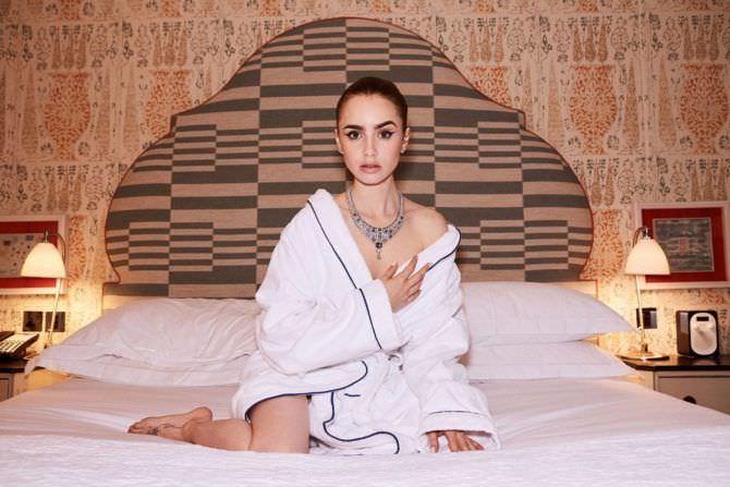 Лили Коллинз фото в халате на кровати