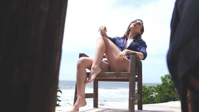 Лили Коллинз фото в рубашке на стуле