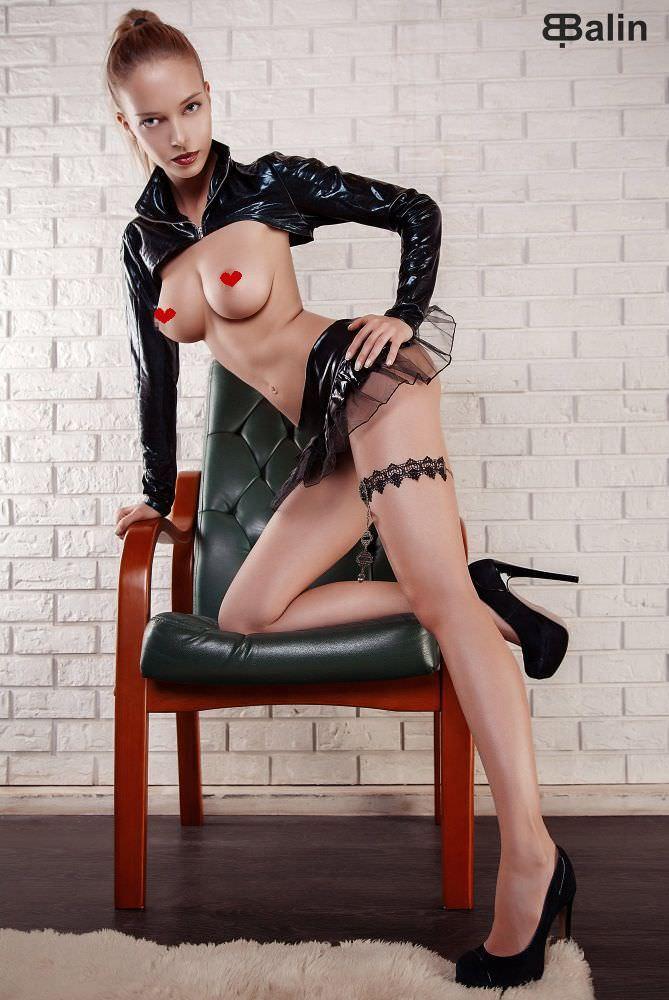 Наталья Немчинова фото в кожаном болеро