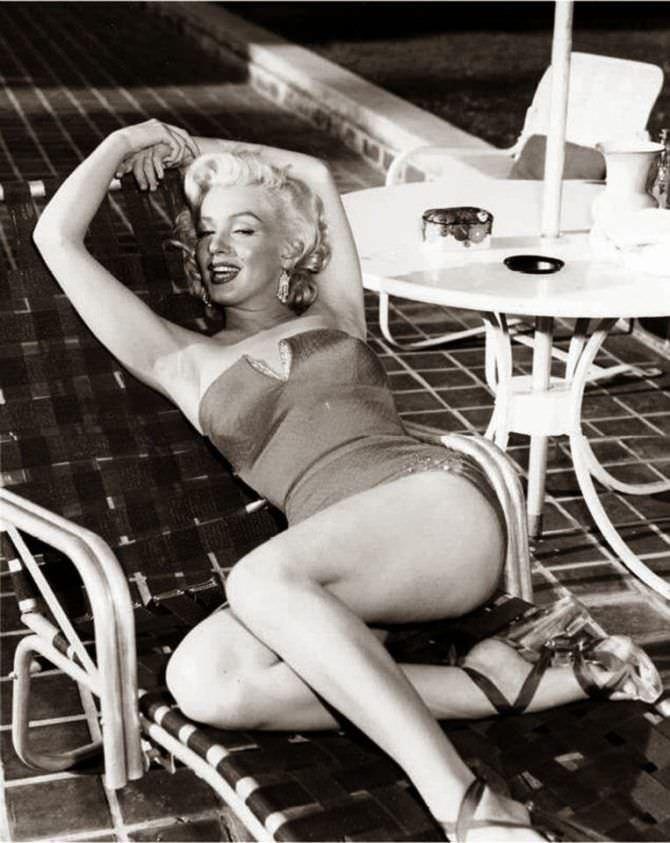 Мэрилин Монро фотов красивом купальнике и босоножках