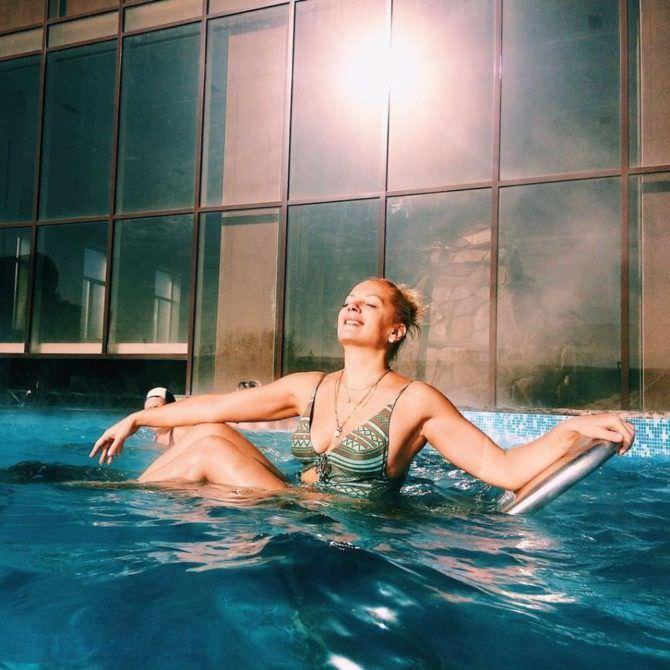 Мария Порошина фото в купальнике в бассейне