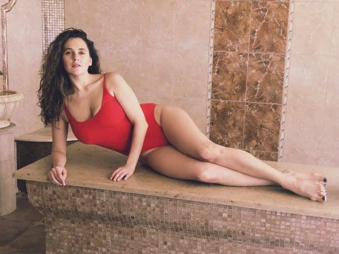 Мария Шумакова фото в красном купальнике