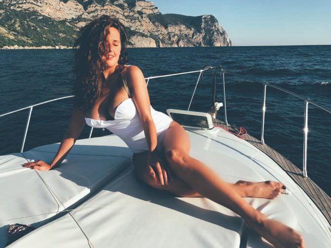 Мария Шумакова фото в белом купальнике