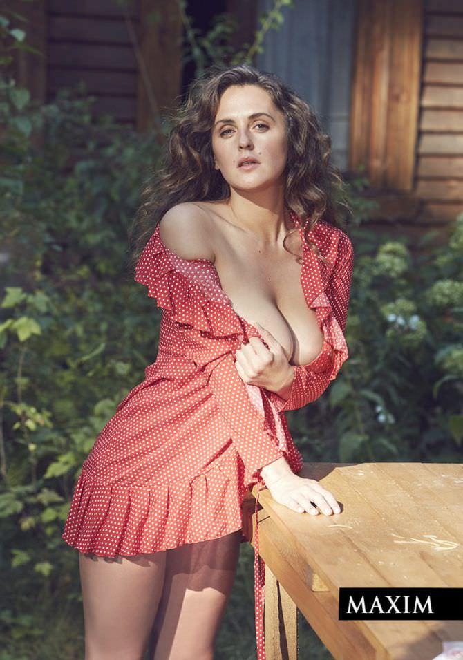 Мария Шумакова фотография в красном платье в журнале
