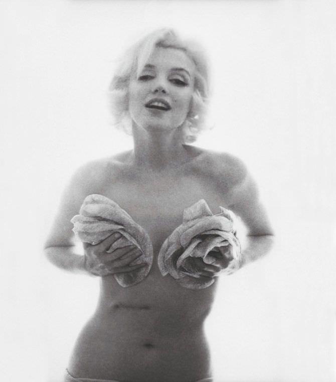 Мэрилин Монро красивое фото с цветами у груди