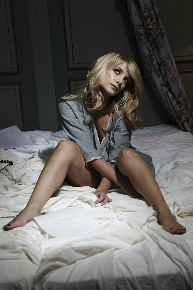 Мелани Лоран фотосессия в рубашке на кровати