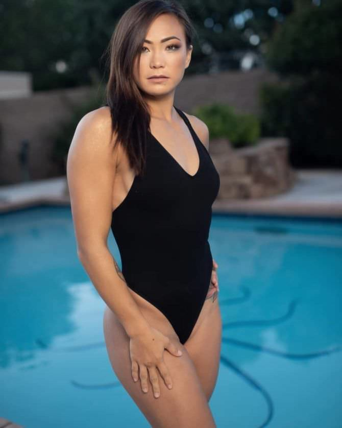 Мишель Уотерсон фотосессия в чёрном купальнике