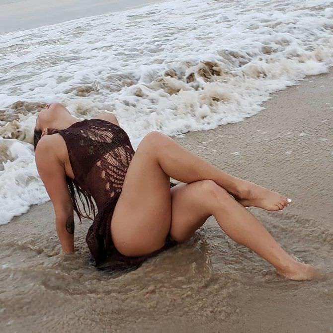 Мишель Уотерсон фото на пляже на песке