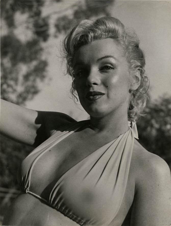 Мэрилин Монро чёрно-белое фото в бикини