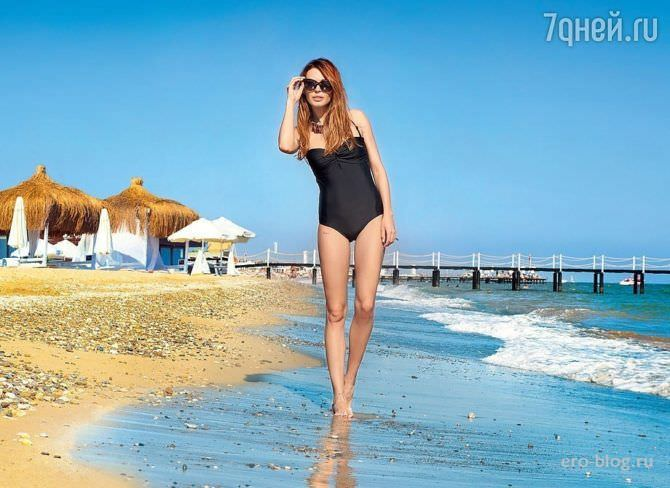 Агния Дитковските фотография в купальнике на пляже