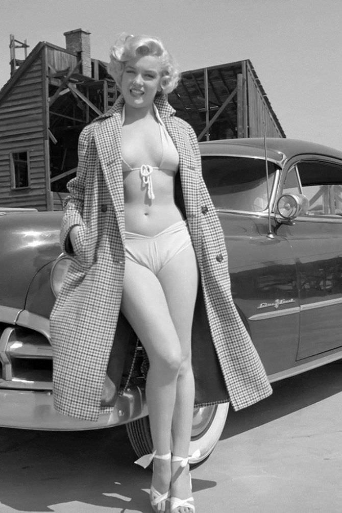 Мэрилин Монро фотов пальто рядом с автомобилем