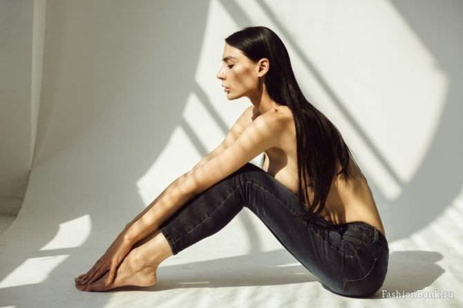 Ника Вайпер фотография в чёрных джинсах
