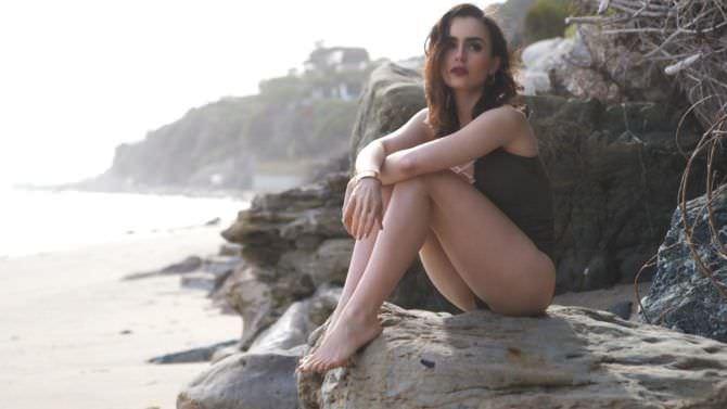 Лили Коллинз фото в купальнике на пляже