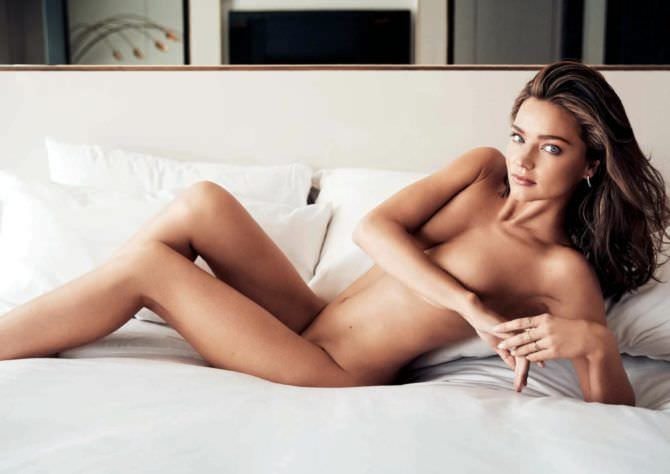 Миранда Керр фото без одежды на диване