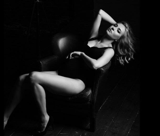 Ольга Вастикова чёрно-бела фотосессия в купальнике