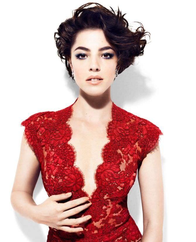 Оливия Тирлби фото в красном кружевном платье