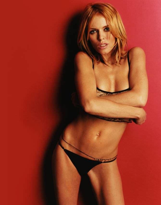 Пэтси Кенсит фотография на красном фоне в белье