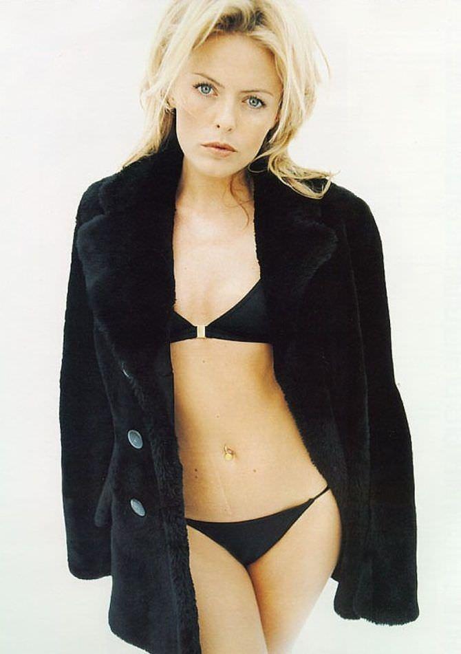 Пэтси Кенсит фото в чёрном купальнике