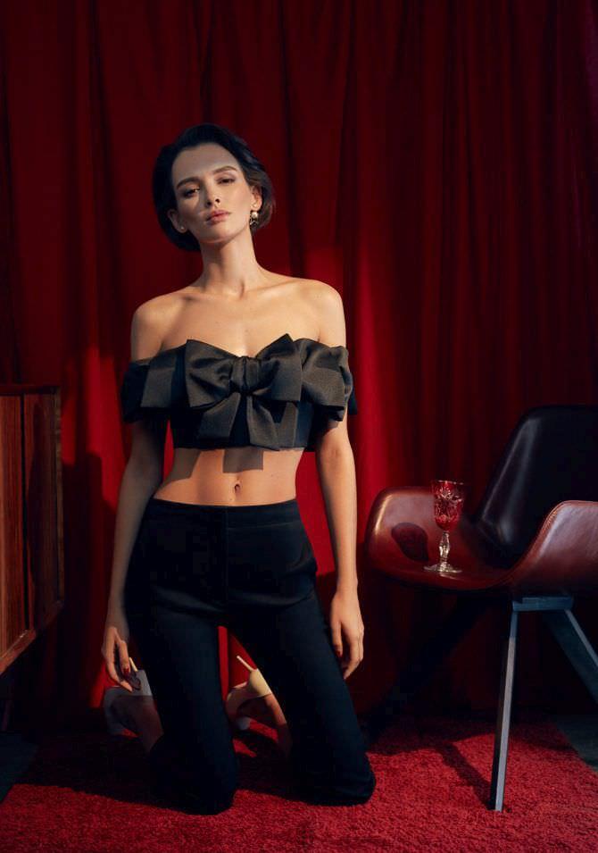 Паулина Андреева фотография в чёрном топе с бантом