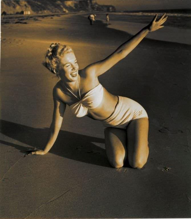 Мэрилин Монро фотография в бикини на пляже