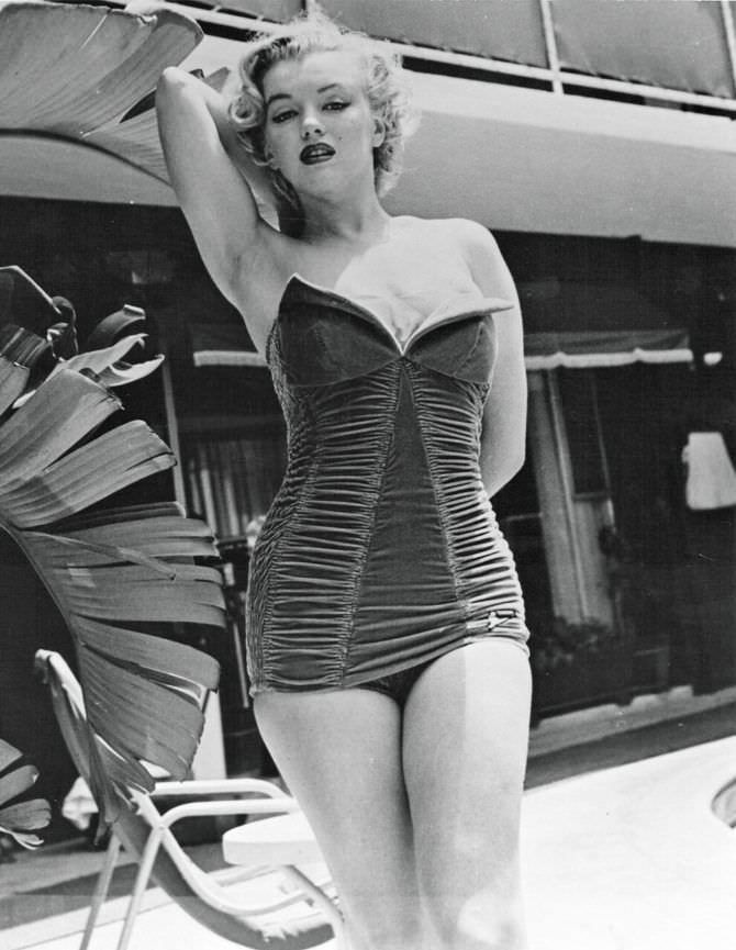 Мэрилин Монро фото в красивом ретро купальнике