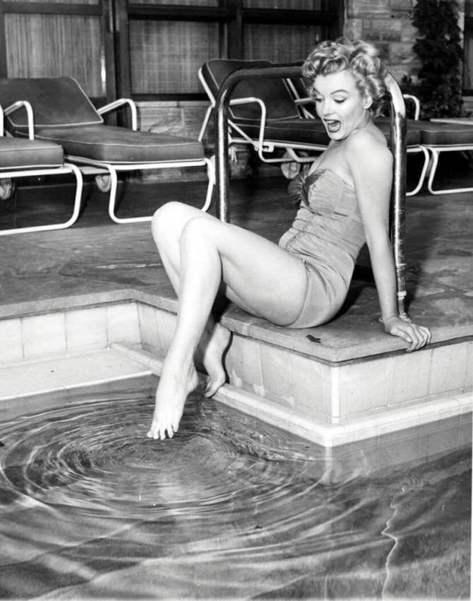 Мэрилин Монро фото у бассейна