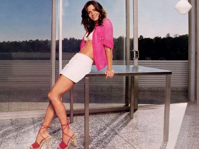 Кортни Кокс фотография в розовой кофте