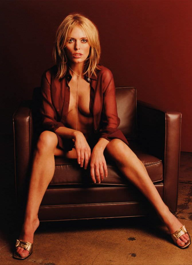 Пэтси Кенсит фотосессия в красной блузке