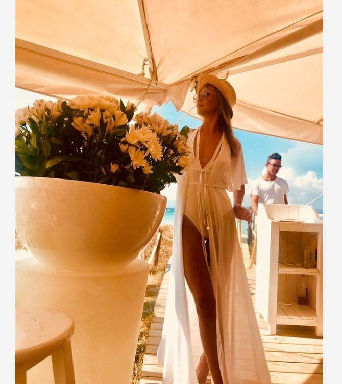Алла Михеева фото в белом купальнике и шляпе