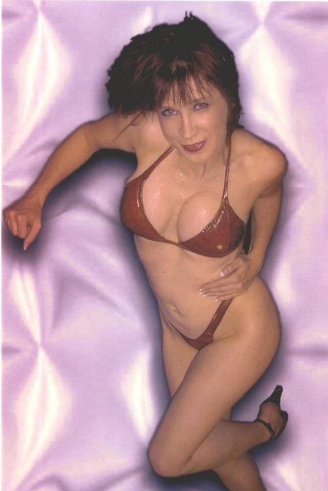 Синтия Ротрок фотография в красном бикини