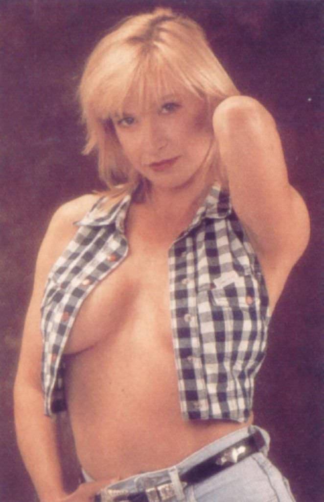 Синтия Ротрок фото в клетчатой безрукавке