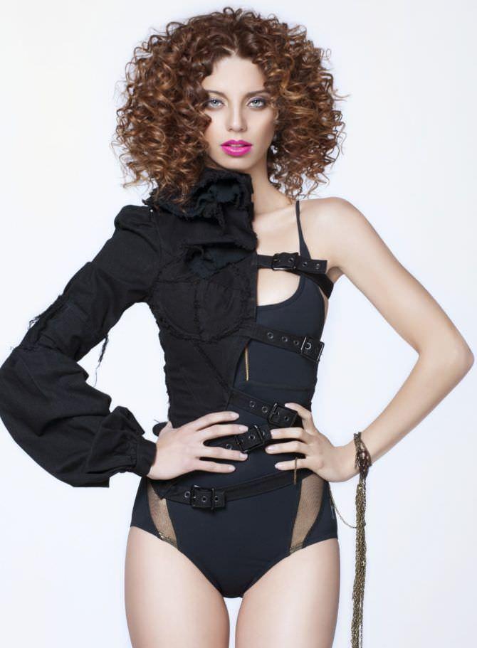 Анджела Сарафян фотография в оригинальном костюме