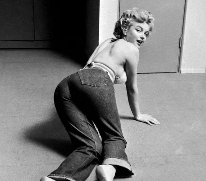 Мэрилин Монро фото в джинсах на полу
