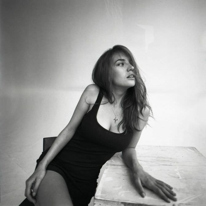 Анна Шепелева фотосессия в чёрном плтаье