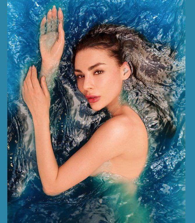 Ника Вайпер фотография в синей воде