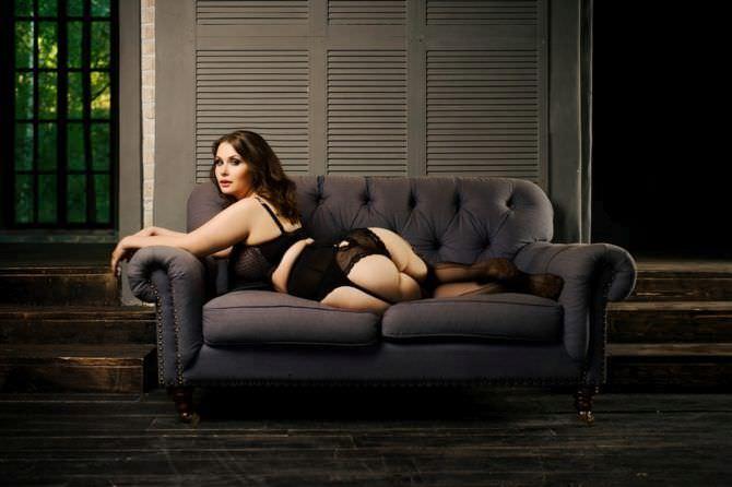 Светлана Каширова фотосессия в чулках на диване