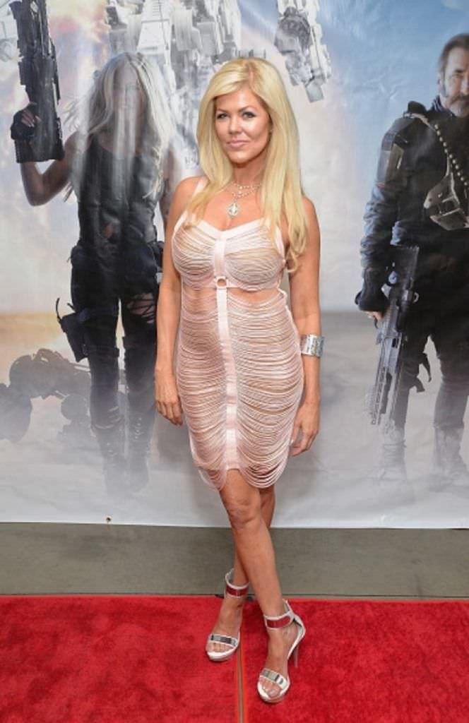 Трэйси Бердсалл фотография в белом платье