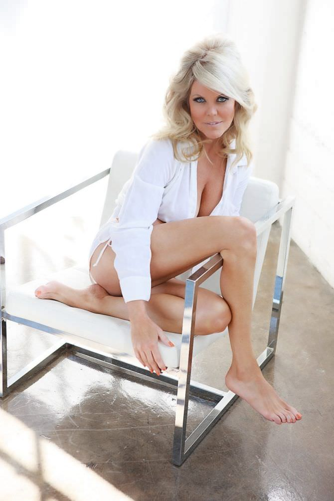 Трэйси Бердсалл фотосессия в рубашке на стуле