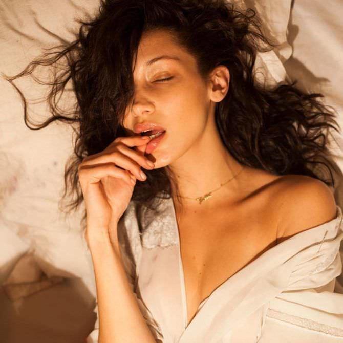 Белла Хадид фото в белом пеньюаре