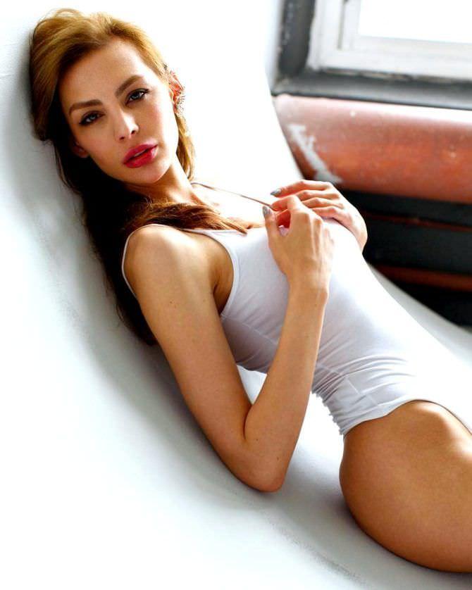 Ника Вайпер фотосессия в белом купальнике