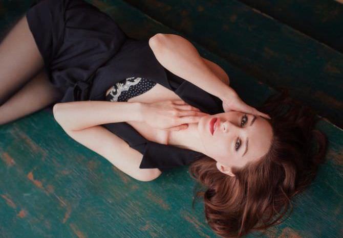 Юлия Майборода фото в чёрном костюме на полу