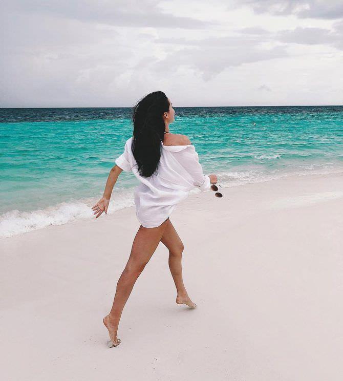 Ида Галич фотография в рубашке на пляже