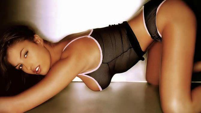 Сара Томмази фото в чёрном белье