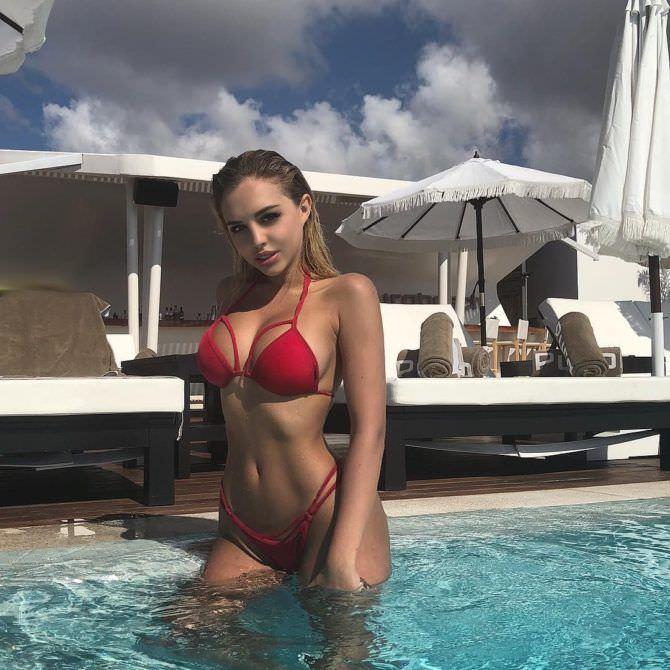 Вероника Белик фотография в красном бикини в бассейне