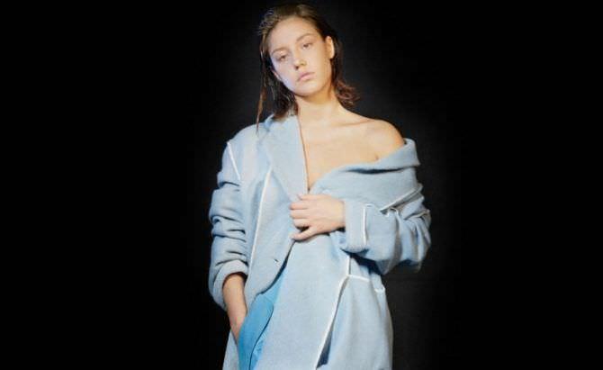 Адель Экзаркопулос фото в голуом пальто