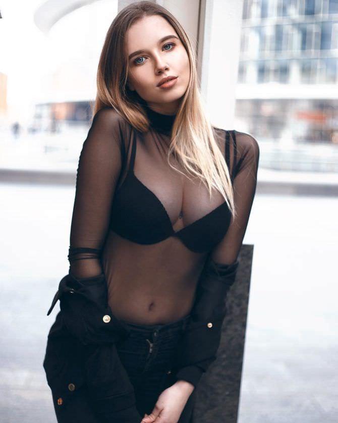 Полина Малиновская фото в прозрачной кофте